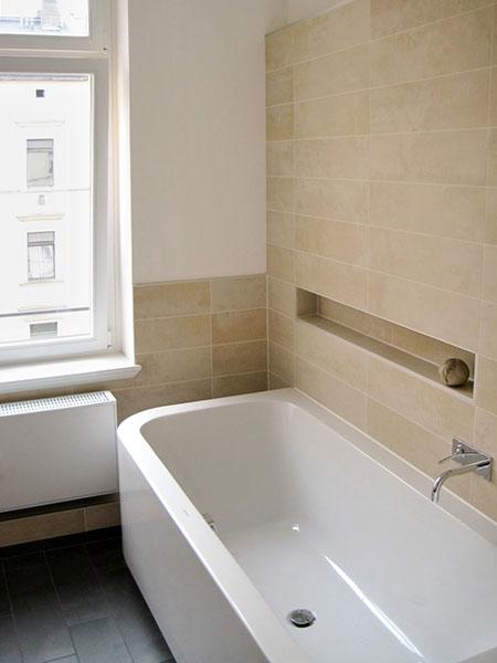 Badezimmer | Die Kleine Nische In Fliesenhöhe Bietet Platz Für Deko Und  Utensilien.
